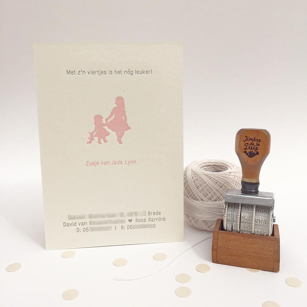 Letterpress-geboortekaartje-julie-belle-zusjes-roze-foto-achterkant
