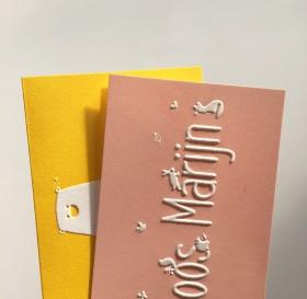 Preeg oudroze okergele kleurige letterpress geboortekaartjes