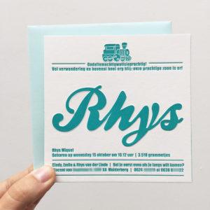 letterpress-geboortekaartje-rhys-trein-blokken-oud-treintje-turkoois-kleur-op-snede-vierkant-karton