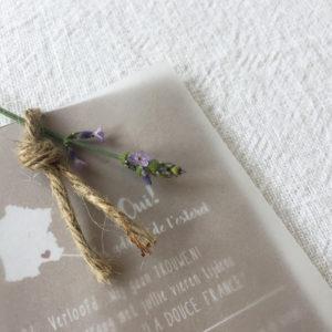 huwelijkskaart-karton-kraft-kalkpapier-bohemian-natuurlijk-touwtje-frans-frankrijk-summer-chique-festival-closeup