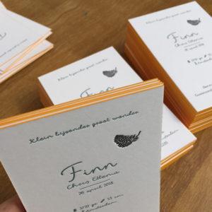 letterpress-geboortekaartje-guineafowl-parelhoen-veertje-veer-stipjes-finn-kleur-op-snede-okergeel