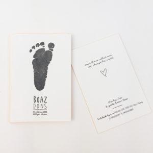 geboortekaartje-letterpress-boaz-voetprint-voetafdruk-handgeschreven-okergeel-zwart-birthannouncement-footprint