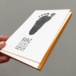 geboortekaartje-letterpress-boaz-voetprint-voetafdruk-handgeschreven-okergeel-zwart-uniek-gmund