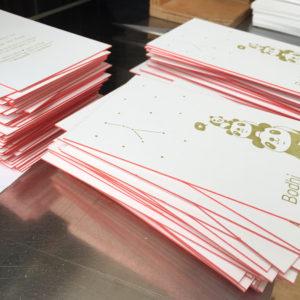 letterpress-geboortekaartje-bodhi-kleuropsnede-rozezjijkantjes-pandabeer-goud-boompje-handgemaakt