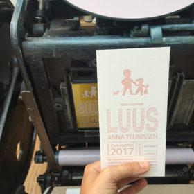 letterpress-geboortekaartje-luus-broertje-zusje-houten-speelgoed-langwerpig-roze-lief-relief