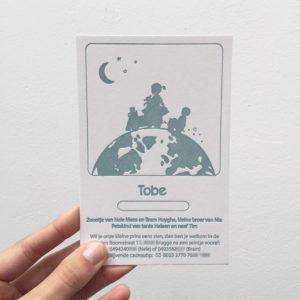 letterpress geboortekaartje met trein en broertje zusje op wereldbol/aarde