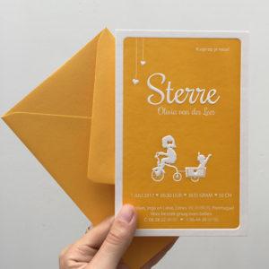 geboortekaartje-letterpress-sterre-meisje-okergeel-mustard-karretje-silhouet-zusjes-meisje-preeg-drukpers-katoen-karton-gmund-letterpress-amsterdam