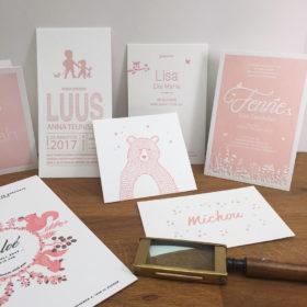 letterpress-amsterdam-geboortekaartjes-roze-tinten-poeder-warm-zacht-licht-roze-relief-geboortekaartenopmaat