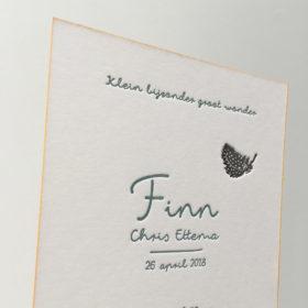 letterpress-geboortekaartje-veertje-quineapig-feather-diepdruk-relief-karton-kleur-op-snede-okergeel-finn-amsterdam