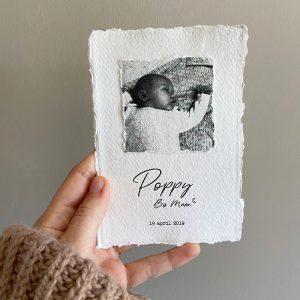 letterpress-geboortekaartje-poppy-diepdruk-relief-foto-geschept-paper-illustratie-zusjes-zus-zusje-hand-in-hand